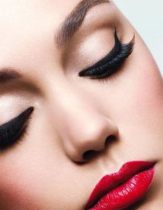 Red lip + dramatic wing