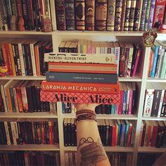 A @pipanaosabevoar me convidou para mostrar #5livrosparareler e foi muito difícil (Alice, Laranja Mecânica, o Palácio de Inverno, Jane Eyre e Oliver Twist). Pelo menos 60% da minha estante estaria nessa foto se não houvesse limite de livros hahahaha  Convido a @taryzottino @jaqueline_tardivo @patygazza @albamilena e @marcostavares para mostrar os 5 livros que merecem serem relidos de suas estantes #books #booktattoo #bookshelf