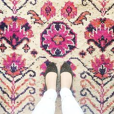 Working on a fun post about my recent #adventuresinshopping :: this wool number is what rug dreams are made of 🙌🏻:: shop this design and many more by opting in to my newsletter, link in profile! 👆🏻#interiors #interiorinspo #fromwhereistand #ihavethisthingwithfloors #instagood #picoftheday #anthropologie #shopping #shoesoftheday #shoefie #wool #rug #arearug #pink #floral #bohochic #bohostyle #decor #homedecor #home #homestyle #interiordesign #interiorstyling #inspo