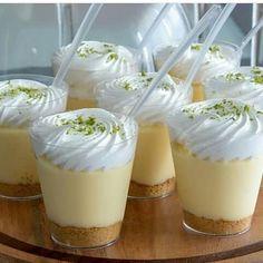 """7,554 Me gusta, 117 comentarios - Aquí la Receta (@aquilareceta) en Instagram: """"Shots de pie de limon. Ingredientes Un paquete de galletas maria. 80gr de margarina sin sal Una…"""" Dessert Shots, Dessert Cups, Dessert Table, Dessert Food, Small Desserts, No Cook Desserts, Mini Desserts, Raspberry Cheesecake, Cheesecake Desserts"""