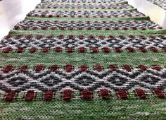 Toras Vävstol: mina alster Rose path table runner in rag rug style Weaving Art, Weaving Patterns, Hand Weaving, Braided Wool Rug, Woven Rug, Recycled Fabric, Weaving Techniques, Home Textile, Rugs On Carpet