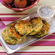 Zucchinipuffer mit Kräuterjoghurt Mücver are the hearty buffers in Turkish. They are among the countless variants of the Mezeler, the … Hcg Diet Recipes, Veggie Recipes, Vegetarian Recipes, Cooking Recipes, Healthy Recipes, Low Carb Recipes, Pancake Healthy, Healthy Cooking, Zucchini Puffer