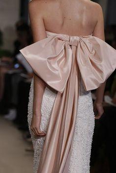 oscar de la renta                                                   evening gown tied with a bow 2011