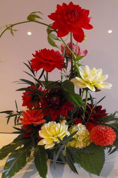 Romantisch dahlia bloemstuk  www.marie-fleurie.nl