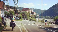 """Dürnstein (Austria). Comarca de Wachau. Pedaleando a lo largo del rio Danubio en Austria. Dürnstein (Austria). Wachau region. Cycling along the river Danube in Austria. Agosto de 2017. Lugares a donde llegar con una bicicleta de @labicicletaext ...postales del Capítulo 7 """"Cien mil pedaladas: A lo largo del Eno y del Danubio"""" de la serie """"Cien mil pedaladas: pedaleando por Europa"""". Más en http://ift.tt/2yUD9gy. #cicloviajeros #biketouring #bikepacking #cienmilpedaladas #labicicleta #bicicleta…"""