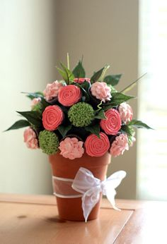 flower bouquet via cupcakes. dig the different flowers.
