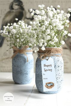 Check out these 130 easy DIY Mason Jar Crafts for Spring and Summer, and they will all make you think uniquely toward the old Mason jars! After a short tour of these DIY Mason jar crafts, you are just not going to end up the mason jars in dumpsters! Pot Mason, Mason Jar Vases, Mason Jar Centerpieces, Painted Mason Jars, Mason Jar Crafts, Mason Jar Diy, Fixer Upper Decor, Diy Ostern, Easter Colors