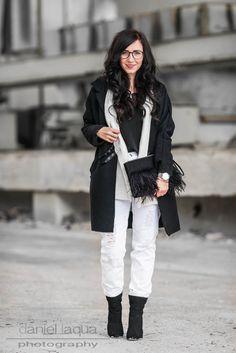 Outfit mit schwarzem Mantel von JustFab, Weste und Camisole von H&M, weiße distressed Jeans und Federclutch | https://juliesdresscode.de | #ootd #outfit #fashion #fashionblogger_de