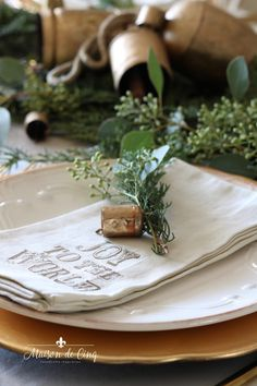 Gorgeous holiday table setting with greens, eucalyptus and gold accents! Classic Christmas table in gold and white---> Christmas Eve Dinner, Christmas Entertaining, Cozy Christmas, Simple Christmas, Christmas Decor, Christmas Recipes, Christmas Table Settings, Christmas Tablescapes, Holiday Tables