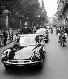Citroën DS 19?? & Charles de Gaulle Citroen Ds, Charles Trenet, Celebridades Fashion, Gaulle, Old Paris, Cabriolet, Sexy Cars, Peugeot, Touring