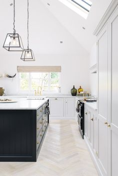 A beautiful colour combination; 'Damask' and 'Pantry Blue'. This lovely family kitchen is the perfect example of the simple Shaker style.