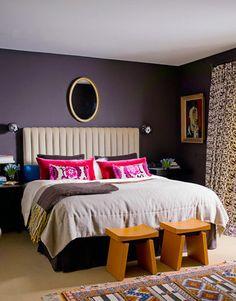 Las paredes pintadas en violeta oscuro, junto a unas cortinas con diseño de flores en blanco violeta, verde y amarillo, fueron complementadas con diversos cojines en rosas, violetas y lilas.