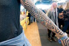 Dans un style plus graphique, Stephanie s'est fait tracer des motifs noirs et rectilignes qui se prolongent jusqu'à l'extrémité de sa main, conférant à son corps un aspect géométrique. Motifs, Style, Tatoo, Tattoo Ideas, Charts, Swag