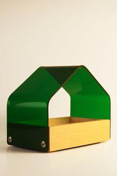 Bandeja inspirada en los techos angulados de las casas campestres; es un organizador de pequeños objetos apto para niños, adultos y todo tipo de personas, ideal para casas, oficinas, escritorios etc. prácticamente todos lados. $339