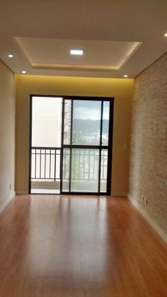 Sala de estar com piso laminado, rebaixo do teto, sanca, revestimento na parede do home Ceiling Design, House Colors, Ideas Para, My House, Sweet Home, Stairs, Windows, Room, Beautiful