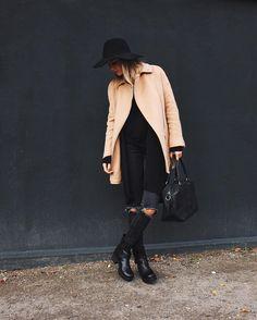 Debi von debiflue kombiniert unseren coolen Biker Boot Kyle zur zerissenen Jeans und angesagtem camel coat. #poilei #bloggerstyle #boots #fashion