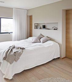 Thygesonsvei 32, interiørarkitekt linda reeves simonsens prosjekt MINIMALISTISK: På soverommet gjør en nisje i veggen nattbord oveflødig. Her er også lysbryter og bryter til å styre gardinene plassert.