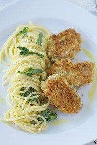 Knusper-Parmesan-Schnitzel mit Zitronen-Pasta und Basilikum