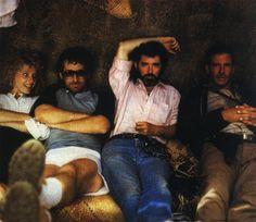"""fotos del rodaje de la saga Indiana Jones. Kate Capshaw, Steven Spielberg, George Lucas y Harrison Ford descansando durante el rodaje de """"El Templo Maldito""""."""