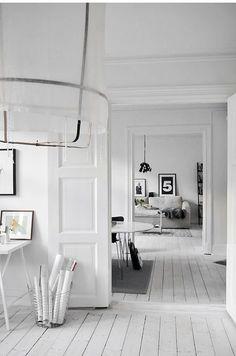 De witte vloeren geven rust en laten de ruimte groter lijken. Persoonlijk vind ik witte houten vloeren altijd erg leuk. Dit is ook leuk te combineren met een beach look of met lichte houten kleuren.