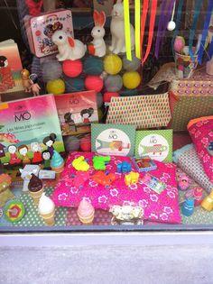 Vitrine. Caravane Faubourg boutique, Paris. Poétique pour Enfants. Concept store, Deco, Cadeaux, Naissances.