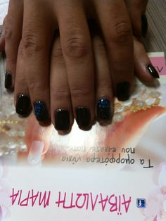 Ομορφα νυχια σε αποχρώσεις του μαυρου και του μπλε!