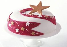 How to decorate a Christmas cake: Shooting star cake Inspirational Christmas Cake Decorating Ideas. So many pictures of xmas cakes well worth the look as they are gorgeous! Christmas Cake Designs, Christmas Cake Decorations, Holiday Cakes, Christmas Treats, Christmas Baking, Christmas Star, Simple Christmas, Christmas Wedding, Merry Christmas