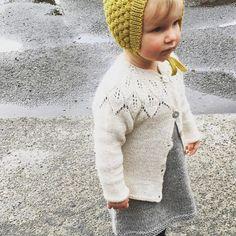 Seems to be a yellow-curry-golden spring out there #readersministrikk || Lita prinsesse møter våren i kulekyse (tynn merino) hos mamma @strikkingvild. Jakke fra Lene Holme Samsøe. Gult til grått er alltid en uslåelig kombo. #såfin Bonnet pattern: Ministrikk.no