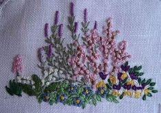 Ho dedicato a Chiara, in occasione del suo compleanno, un piccolo giardino ricamato su una nuvola di lino rifinita a punto festone, ritagli...