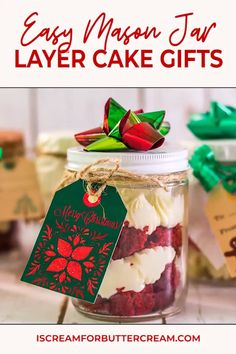 Love giving homemade food gifts for Christmas? These mason jar cake gifts are easy to put together and make such cute gifts for friends, co-workers, teachers and others you really just don't know what to get. Jar Food Gifts, Best Food Gifts, Homemade Food Gifts, Gifts For Foodies, Mason Jar Cakes, Mason Jar Desserts, Mason Jar Meals, Cake In A Jar, Dessert In A Jar
