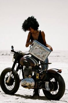 Diggin the cafe bobber look this is kinda how i want mine Style Cafe Racer, Cafe Racer Girl, Cafe Style, Lady Biker, Biker Girl, Vintage Bikes, Vintage Motorcycles, Gentleman, Chicks On Bikes