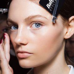Llevas tiempo sin limpiar tu kit de maquillaje? Descubre los pasos a seguir en www.harpersbazaar.mx. para que tus brochas no se maltraten en el proceso. #BazaarBeauty #BazaarMx #HarpersBazaarMx #ThinkingFashion  via HARPER'S BAZAAR MEXICO MAGAZINE OFFICIAL INSTAGRAM - Fashion Campaigns  Haute Couture  Advertising  Editorial Photography  Magazine Cover Designs  Supermodels  Runway Models