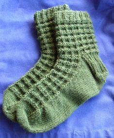 *haal 1 st R af, brei 3 steken* alles rechts als 1 als 2 5 en *brei 1 st R, brei 3 st AV* Crochet Socks, Knitting Socks, Knit Crochet, Yarn Colors, One Color, Mittens, Knitting Patterns, Slippers, How To Make