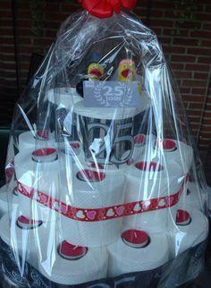 Wc rollen taart voor een 25 jarige bruiloft. Corona Cake, Toilet Paper Cake, Abraham And Sarah, Happy B Day, Wedding Crafts, Craft Gifts, Creative Design, House Warming, Baby Car Seats