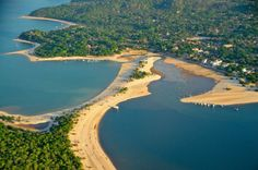 Альтер до Чао, Бразилия. Этот город, окруженный лесами Амазонии и обладающий великолепным пляжем, известен как Остров Любви. В нескольких метрах от пляжа расположена огромная лагуна Лаго Верде, являющаяся домом для множества животных. Доплыть до нее можно только на каноэ.