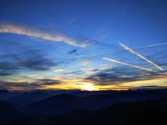 Der Alpbacher Hausberg Gratlspitz eignet sich nicht nur für fortgeschrittene Wanderer.  Mit einer Höhe von 1.899 m eignet er sich auch für Anfänger. Sobald man auf dem Gipfel angekommen ist, erwartet einen eine tolle Aussicht. Man sieht nicht nur den Sonnenaufgang. Man auch Kirchtürme, Berggipfel, und die Dächer der Ortschaft sehen :) ©csilber  #xcotdsonnenaufgangalpbachtalseenland #xchallengegoestirol #xchallengebackstage #discoverthemountains #lovetirol #alpbachtal