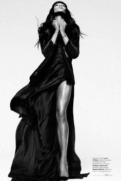 Naomi Campbell vestindo Dolce & Gabbana, Louis Vuitton e Alexander McQueen