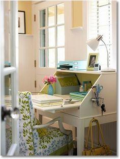 A cadeira com forração floral deixa irresistível mais esse espaço de leitura ou trabalho...