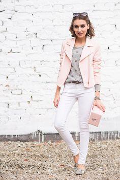 розовая косуха с белыми джинсами