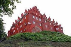 Tranekær Slot, Langeland - Tranekær Slot er kendt fra kilder fra 1200-tallet som en stærkt befæstet borg på en stejl bakke med voldgrav og vindebro. Ved Valdemar 2. Sejrs død 1241 overgik Tranekær Slot til kongefamiliens Abel-linje, som besad det med enkelte afbrydelser, til Valdemar Atterdag i 1358 indtog borgen efter 14 dages belejring og indsatte en kongelig høvedsmand og gjorde det til hovedsæde for Tranekær Len.