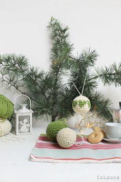 Quest'anno tanto uncinetto, oggi faremo insieme una pallina di Natale da appendere all'albero, per la verità più palline da appendere all'albero di Natale, visto che poi quando uno inizia a lavorarle non finirebbe più. Dunque, il nostro albero…
