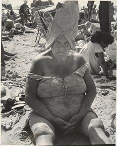 Fotó: Leon Levinstein: Woman Wearing Paper Bag Hat, Coney Island, New York,