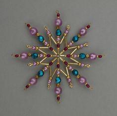 Vánoční+hvězda+z+korálků+Vánoční+hvězdička+z+korálků+a+perliček+na+pevné+drátěné+konstrukci+,+velikost+11cm +v+barvách +petrolejová,+fialová+a+zlatá
