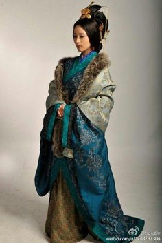 This is winter hanfu not winter kimono pls = = Historical Costume, Historical Clothing, Traditional Fashion, Traditional Dresses, Traditional Chinese, Asian Style, Chinese Style, Winter Kimono, Style Chinois