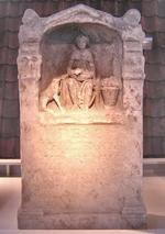 Altar of Nehalennia. Rijksmuseum van oudheden, Leiden   Ver van land Over zee  In de rode avondgloed  De noorderster  Wijst de weg  Ons lot tegemoet
