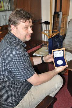 ředitel muzea JAK v Uherském Brodě s 5 uncovou medailí J. A. Komenského
