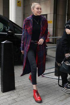 Model Gigi Hadid ist nicht nur einmalig schön, sie hat auch ihr ganz eigenes Style-Verständnis: sportlich, casual, elegant oder schick – und manchmal alles auf einmal. Ganz egal, ob sie sich für den roten Teppich in die sündhaft teure Versace-Robe schmeißt oder sich wie hier auf modischem Streifzug durch London begibt: Ihr Look zeigt sich ungezwungen und authentisch!