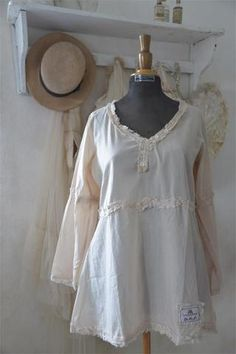Jeanne d'Arc Living- Blouse, Faded Love Nice blouse in the finest cotton, with rough edges in lace. Lace at the back. Available in sizes Small, Medium, Large, and X-Large Quality: 100% Cotton Color: T