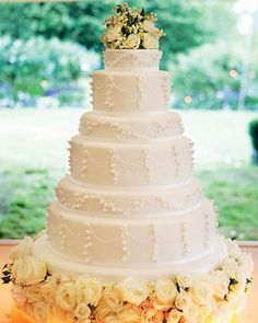 Throwback to Kate Moss's six-tiered wedding cake by London baker @PeggyPorschenOfficial with six different-flavoured layers and surrounded by yellow and peach-colored roses at the base.  #celebritycakes #celebrityweddings #katemoss #katemossofficial #katemosswedding #katemosscake #weddingcake #tieredcake #ornamentedcake #whitecake #peachcake #flavors #cakeflavors #peggyporchen #londonbaker #london