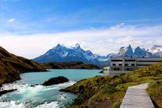 Parque nacional Torres del Paine (Chile) - Presenta una gran variedad de entornos naturales: montañas (entre las que destacan el complejo del Cerro Paine, cuya cumbre principal alcanza los 3050 msnm, las Torres del Paine y los Cuernos del Paine), valles, ríos (como el río Paine), lagos (destacando los conocidos como Grey, Pehoé, Nordenskjöld y Sarmiento), glaciares (Grey, Pingo, Tyndall y Geikie, pertenecientes al Campo de Hielo Patagónico Sur).